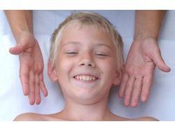 Ребенок закрашивает лица на картинках