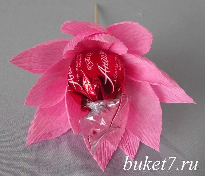 Как сделать один цветок из конфет фото