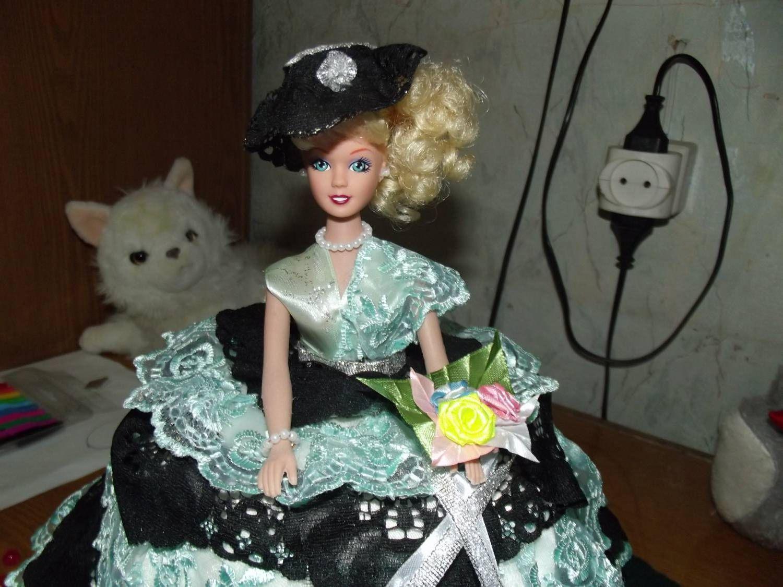 Переделывает куклу своими руками