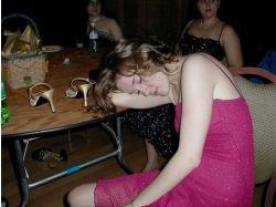 Пьяные девушки на природе фото