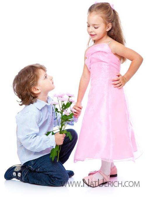 Мальчик дарит цветы 80