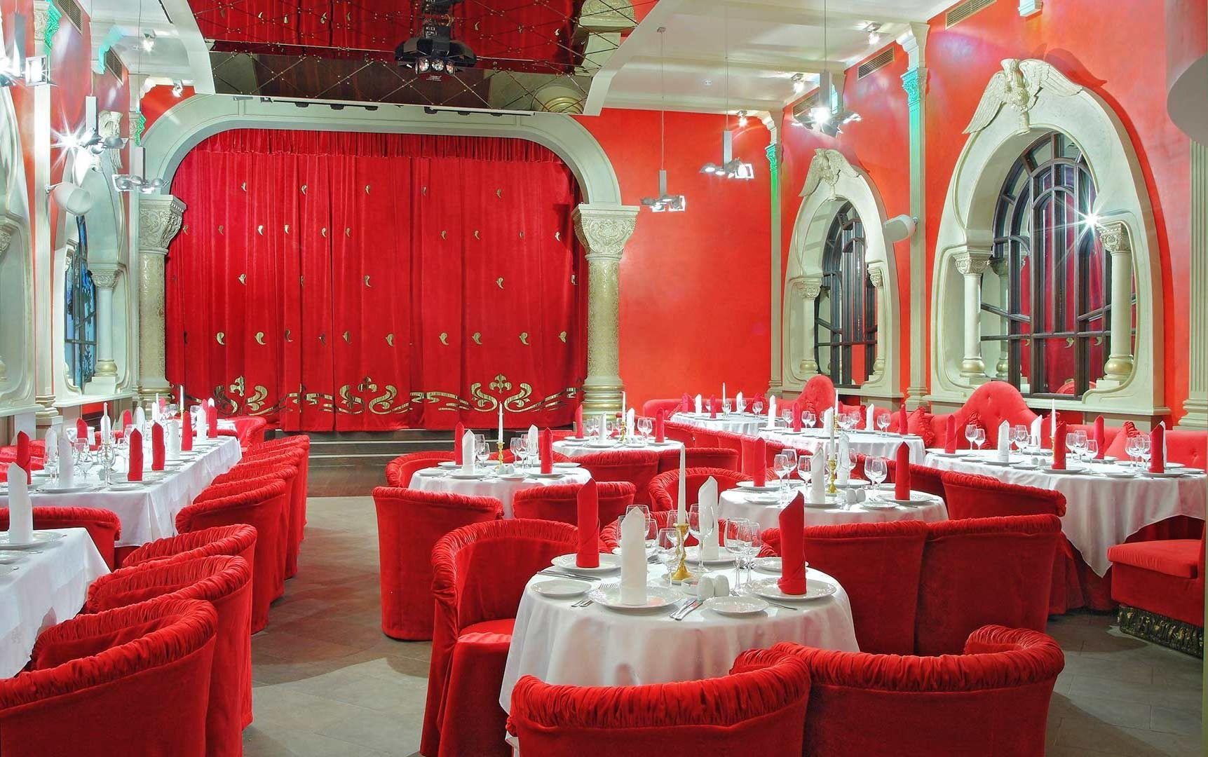 Красный цвет зала ресторана фото