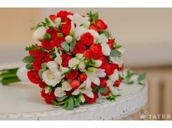 Красно белый букет невесты