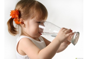 Картинка ребенок пьет воду