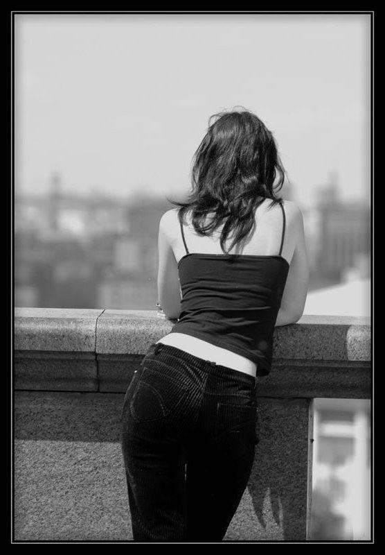Картинки девушки со спины на аву черно