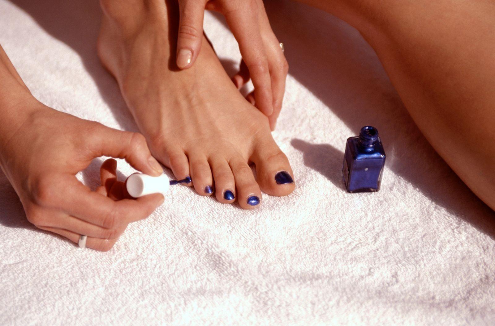 Лесбиянки красят ноготь
