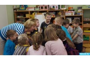 Картинки фото дети дают друг другу кукавички