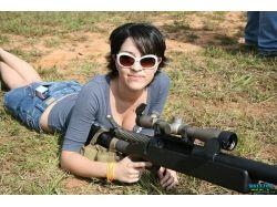 Широкоформатные фото девушек с оружием