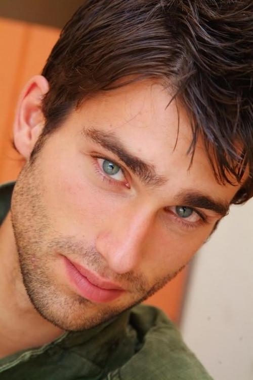 шторами картинки мужчина с зелеными глазами них