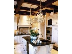 Малиновый потолок в кухне дезайн интерьер фото